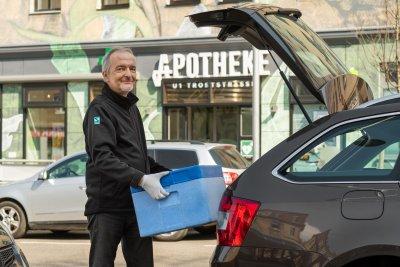 """Ehrenamtliches Engagement bei Schwabe: """"Wir müssen ApothekerInnen entlasten!"""" - Schwabe Mitarbeiter Medikamentenversorgung Auto – © flopayer.at/ Schwabe Austria"""